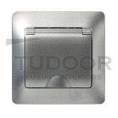 Розетка в сборе с рамкой, с заземляющими контактами 16 А / 250 В, с откидной крышкой IP44, алюминий